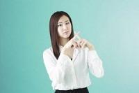 指でバツを作る女性